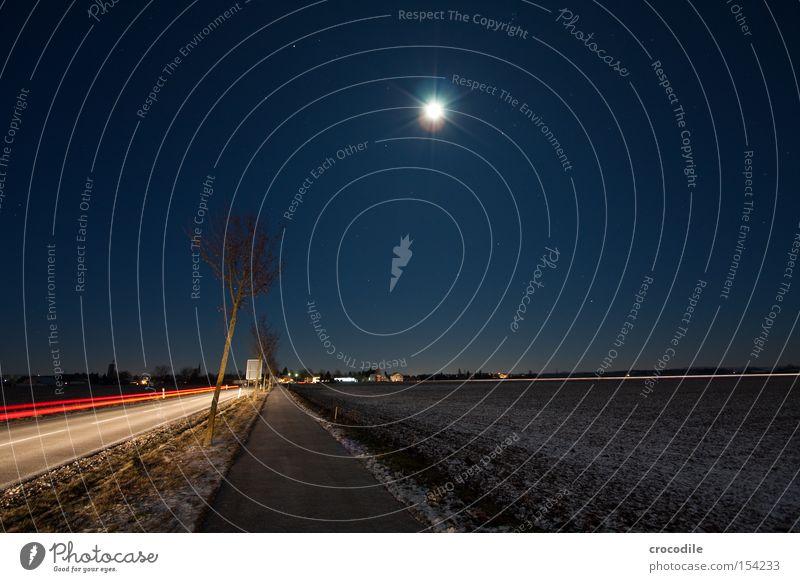 Mondschein ll Rücklicht Baum Verzerrung Straße Fahrradweg Stern Feld Landwirtschaft Straßennamenschild KFZ Schnee Verkehrswege Makroaufnahme Nahaufnahme Himmel