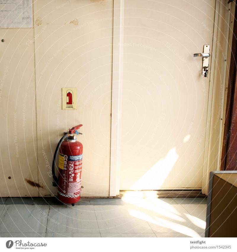 feuerlöscher Feuerlöscher Verkehrsmittel Schifffahrt Bootsfahrt Passagierschiff Fähre An Bord Kunststoff alt ruhig Güterverkehr & Logistik Vergänglichkeit Tür