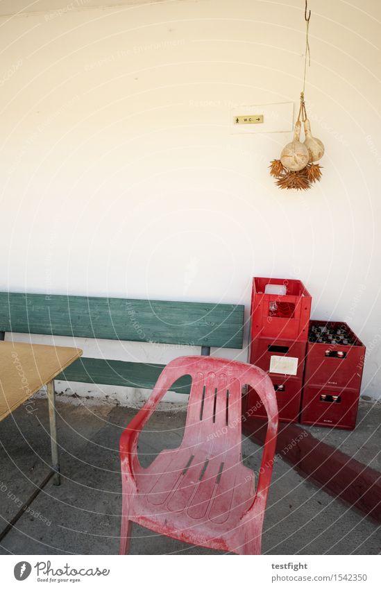 leerer kasten / kasten leeren Tisch Bank Stuhl Bierkasten Wand Holz sitzen warten alt rot Gelassenheit geduldig Farbfoto Textfreiraum oben