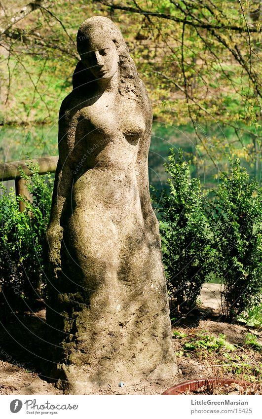 die schöne lau Frau Wasser grün Pflanze grau Stein Statue historisch