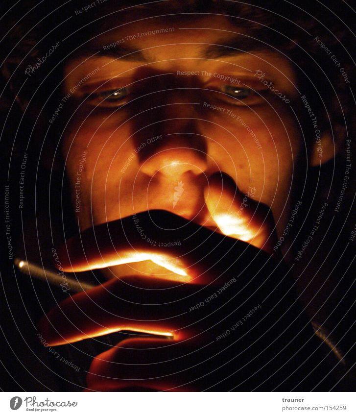 How to get a cigarette started! Feuer Zigarette anzünden Hand Gegenlicht Licht Feuerzeug Schatten dunkel Rauchen Tabakwaren Gesicht Beleuchtung leuchten glühen