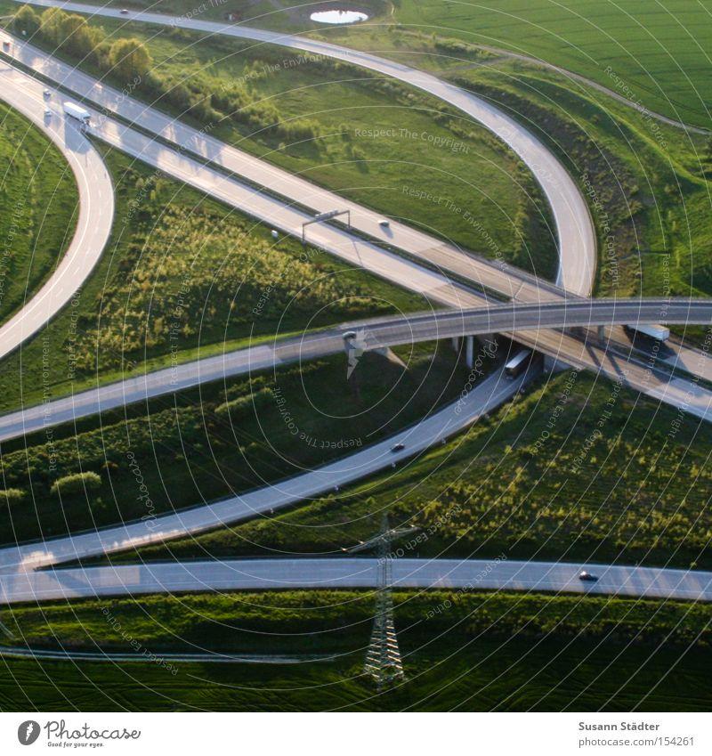 Schnürsenkel Autobahn fliegen Vogelperspektive KFZ Geschwindigkeit Autobahnkreuz Mischung Straßenkreuzung Wegkreuzung Autobahnausfahrt Abfahrtsrennen