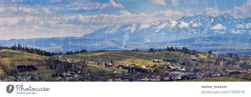 Malopolska Panorama mit schneebedeckten Tatra Bergen im Frühjahr Himmel Natur Ferien & Urlaub & Reisen blau schön grün Baum Landschaft Wolken Haus Wald