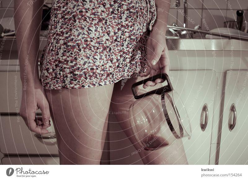 la nuit passée II Frau Einsamkeit Erwachsene Erotik Beine leer stehen Häusliches Leben Kaffee einzeln Küche Bildausschnitt Anschnitt Kannen verführerisch Frauenbein