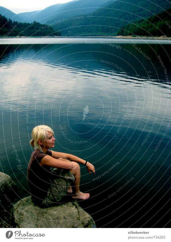 Silk n See Frau Natur Ferien & Urlaub & Reisen Sommer ruhig Erwachsene Wald Berge u. Gebirge See blond Felsen natürlich Gebirgssee