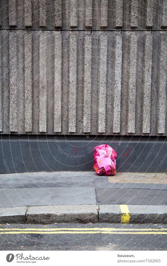 müll. Stadt Hauptstadt Haus Industrieanlage Fabrik Bauwerk Gebäude Mauer Wand Fassade Verkehr Straße Wege & Pfade Beton Linie Streifen dreckig grau rosa