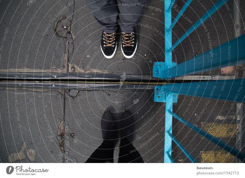 gegenüber. Ausflug Mensch maskulin feminin Frau Erwachsene Mann Freundschaft Paar Partner Fuß 2 30-45 Jahre Stadt Hauptstadt Brücke Metall Linie Streifen