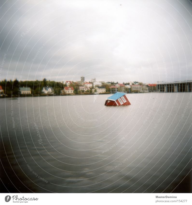 Haus über Bord Wasser Himmel See obskur Island Surrealismus untergehen Desaster ertrinken Schiffsunglück Reykjavík