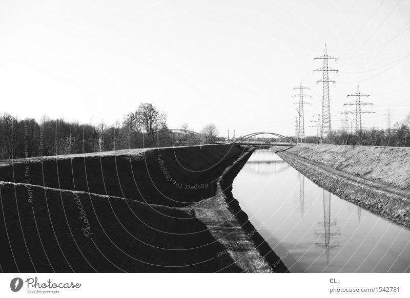 kanal Umwelt Natur Landschaft Wolkenloser Himmel Schönes Wetter Flussufer Brücke Schifffahrt Binnenschifffahrt Strommast Energie Perspektive Ziel Zukunft Kanal