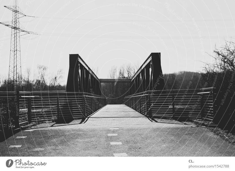 brücke Himmel Verkehr Verkehrswege Wege & Pfade Brücke Zaun Strommast Ziel Zukunft Industrielandschaft Ruhrgebiet Schwarzweißfoto Außenaufnahme Menschenleer