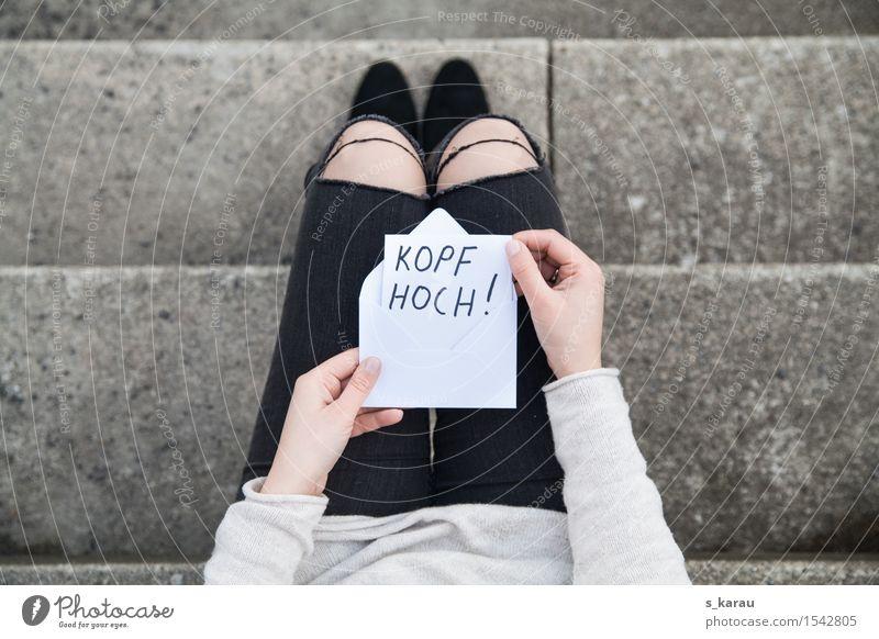 Kopf hoch Mensch feminin Frau Erwachsene Körper Hand Beine 1 18-30 Jahre Jugendliche lesen Freundlichkeit positiv Gefühle Hoffnung Verzweiflung Unglaube