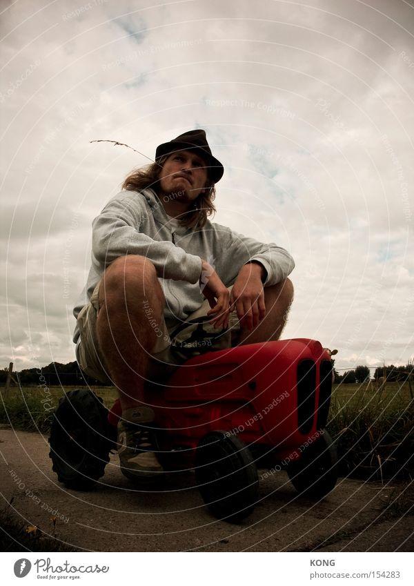 bauer sucht grau Mann Arbeit & Erwerbstätigkeit warten Pause Dorf Landwirtschaft Langeweile Traktor Feierabend Provinz Feldarbeit Landwirtschaftliche Geräte