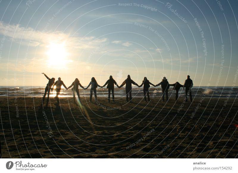 Mensch Jugendliche Wasser Himmel Sonne Meer Freude Strand Menschengruppe Landschaft Freundschaft Wellen Küste Erwachsene