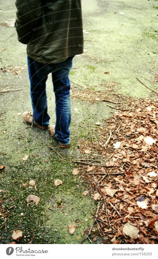 Spaziergang Mensch grün Blatt Straße Herbst Wege & Pfade Beine gehen nass Rücken Verkehrswege