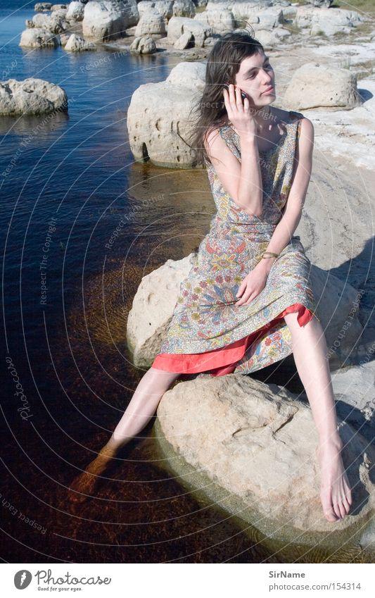 49 [total coverage] Frau Natur Wasser ruhig Erwachsene sprechen Kommunizieren Telefon Telekommunikation Handy hören Sonnenuntergang Telefongespräch Reichweite Mobilfunk