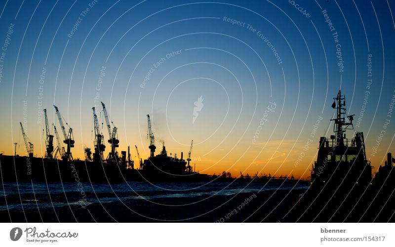 Eisiger Winter II Hamburg Kran Wasser Himmel blau Sonnenuntergang Frost kalt Wasserfahrzeug Hafen orange Elbe Feuerwehr