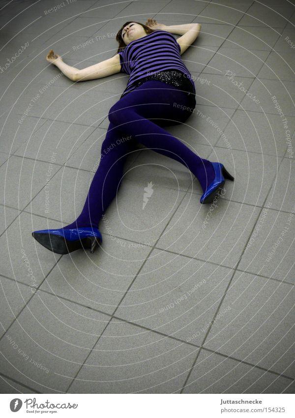 Blaue Pumps Frau Tod liegen Bodenbelag Vergänglichkeit Fliesen u. Kacheln Schuhe Damenschuhe