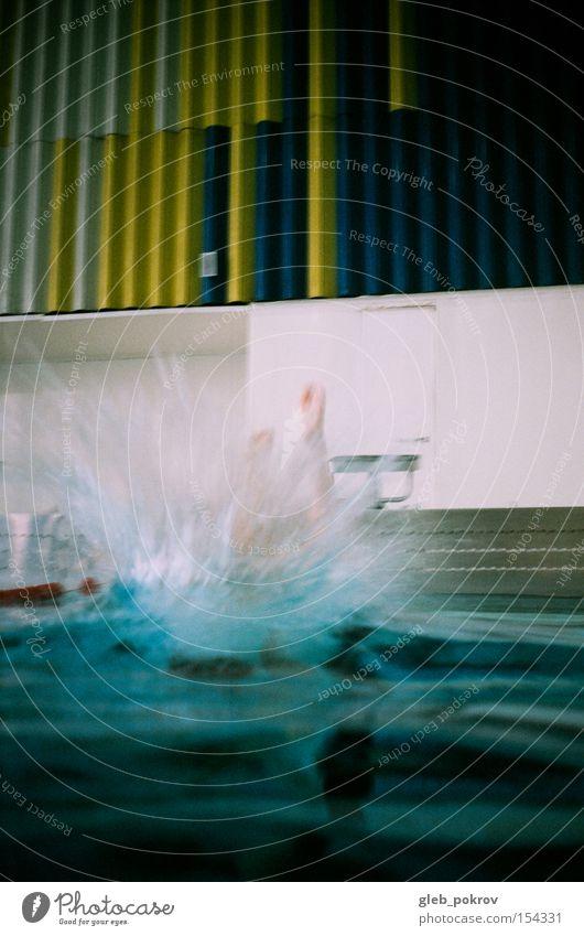 Springen. Freude Spielen Sport Schwimmbad Mensch Wasser Wassertropfen springen Buntlack Sibirien Russland Dinge Farbfoto