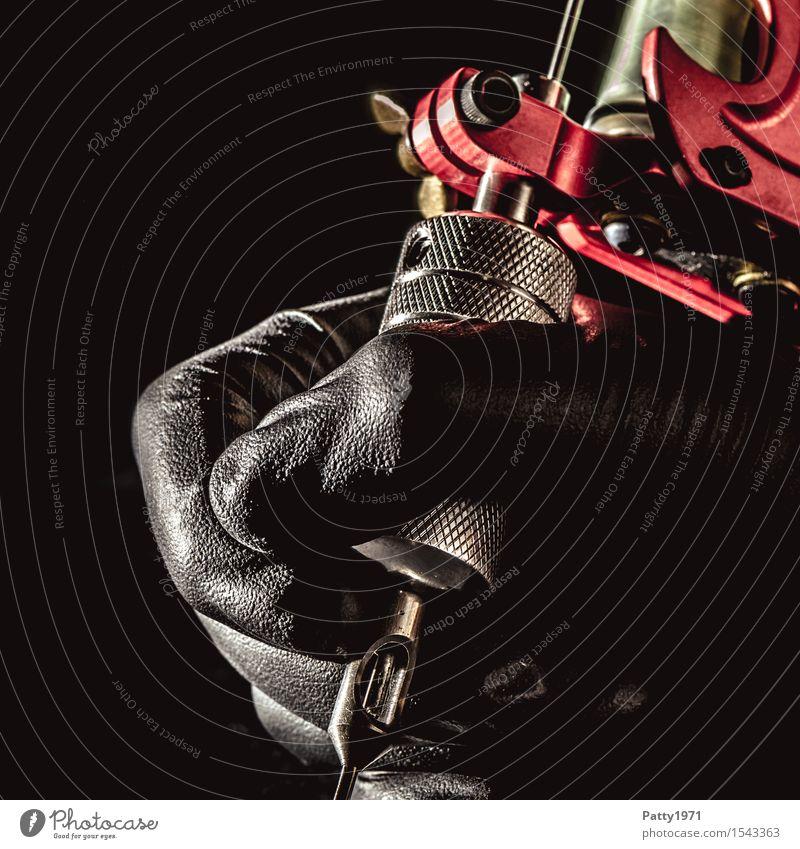Tattoo Lifestyle schön Tätowierer Werkzeug Maschine Tätowiermaschine Hand Kunst festhalten ästhetisch trendy Coolness Leidenschaft einzigartig Kreativität