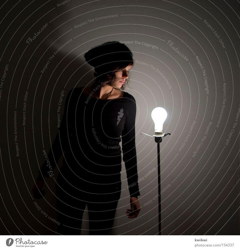 lampendieb Frau Lampe dunkel hell sitzen Elektrizität stehen Mütze Schatten Glühbirne Licht Stehlampe