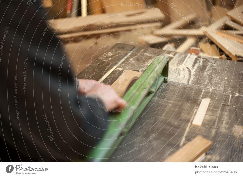 Handwerk II Mensch Mann Erwachsene Holz Arbeit & Erwerbstätigkeit Wohnung maskulin Häusliches Leben Finger bedrohlich planen Wandel & Veränderung