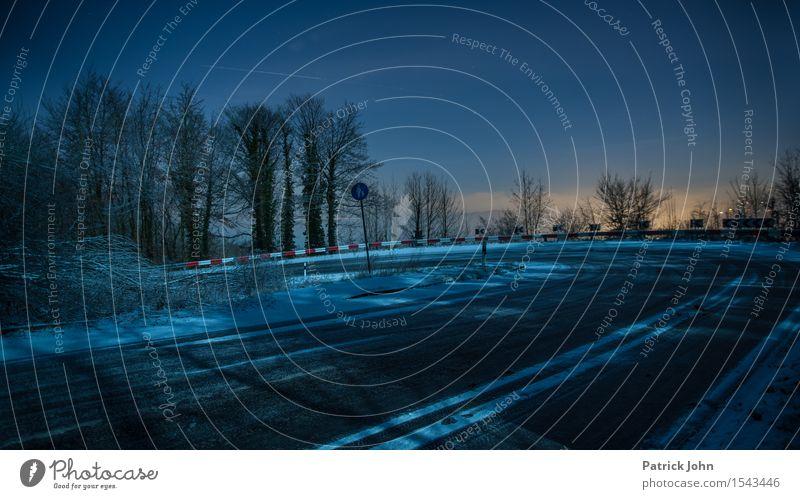 Winterkurve Nachthimmel schlechtes Wetter Eis Frost Schnee Straßenverkehr Autofahren Hochstraße scharfe kurve Risiko Glatteis klare nacht