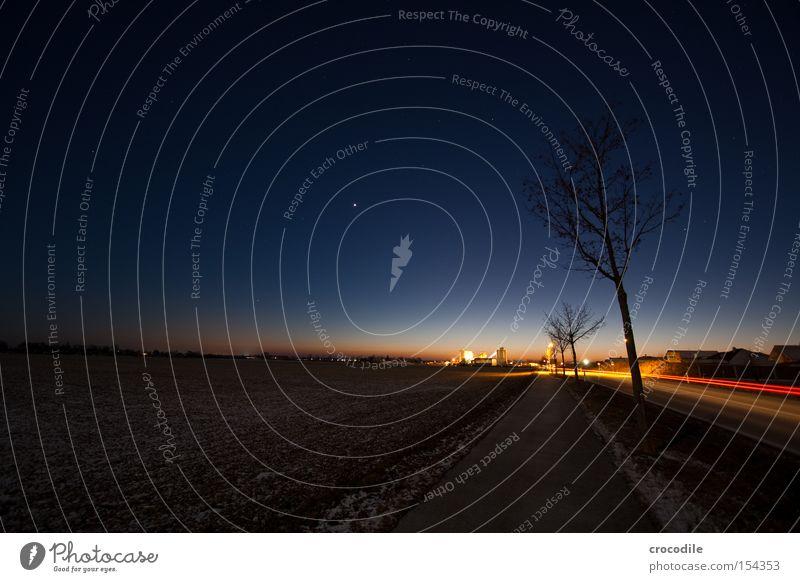 Blaue Stunde Feld Kieswerk Stern Nacht Winter kalt Romantik gefroren KFZ Autoscheinwerfer Baum Einsamkeit Rücklicht Dämmerung Sonnenuntergang Verkehrswege