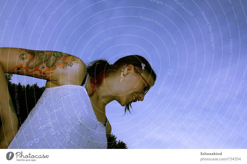 Die N Frau Natur Jugendliche Himmel blau Freude Lifestyle Brille authentisch Kleid dünn grinsen Tattoo Lächeln trendy Piercing