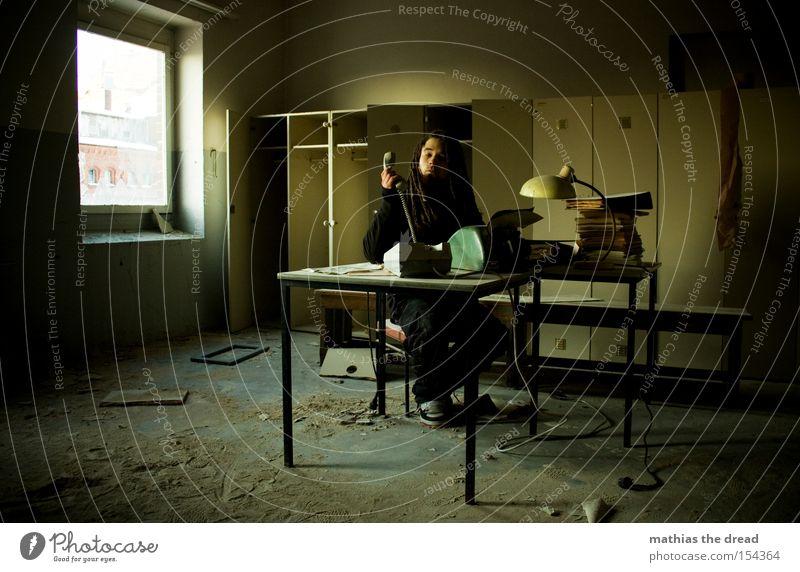SCHATZ ICH BLEIB HEUTE LÄNGER IM BÜRO PART III Schreibtisch Büroarbeit Papierstau Papierkorb Schreibmaschine Telefon Büroangestellte Raum schäbig Schrank