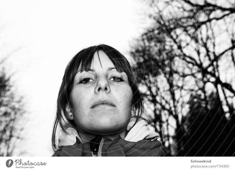 Ich der kleine Untertan Frau Schwarzweißfoto Baum unfreundlich kalt Winter Gesicht Natur Angst Panik Pony Herrabblickend na kleiner Face gehorsam Untergeben