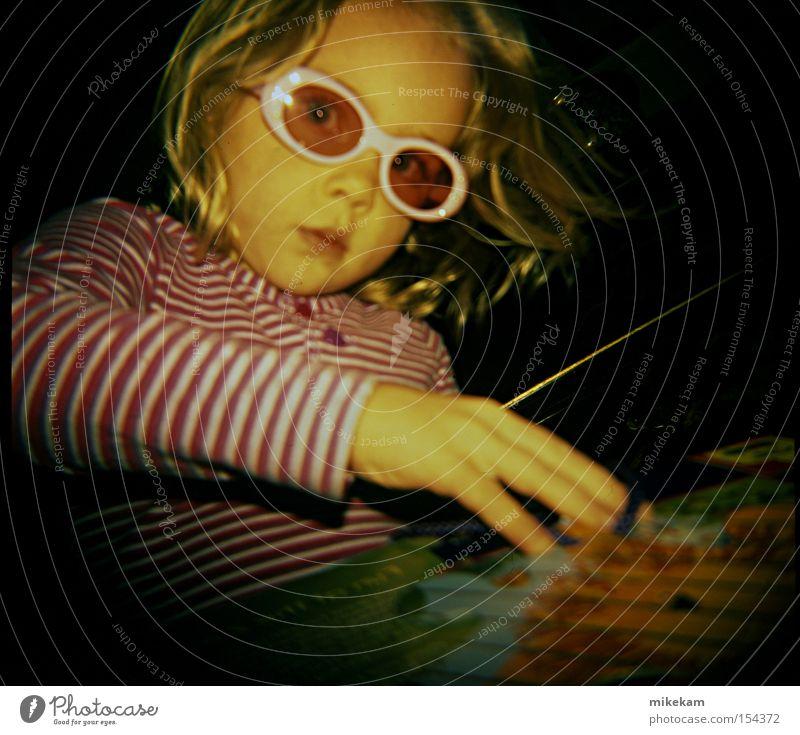 Kind Stimmung blond Brille Streifen Sonnenbrille Stichsäge