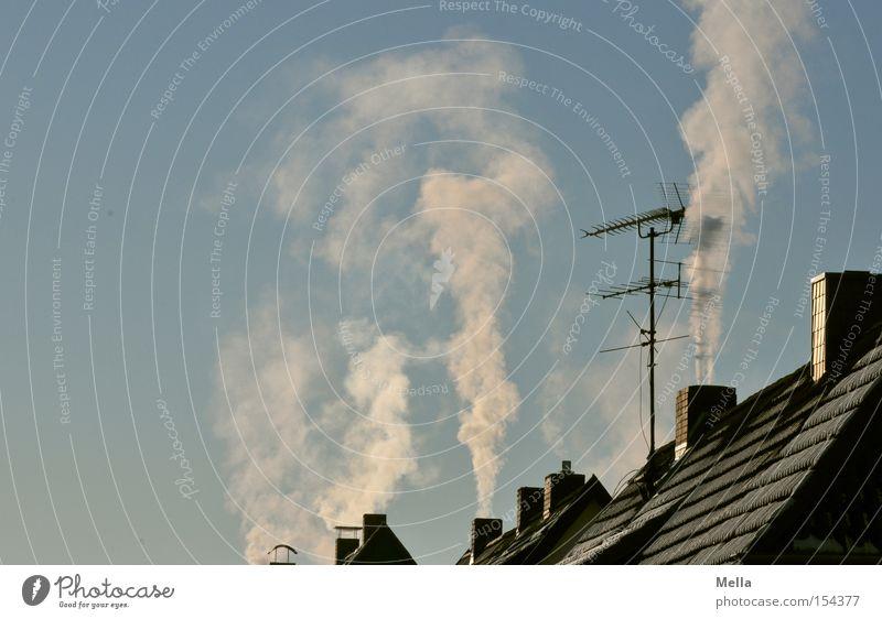 Kalt isses Schornstein Wasserdampf kalt Winter vertikal aufsteigen Himmel blau Haus Dach Antenne Detailaufnahme Rauch