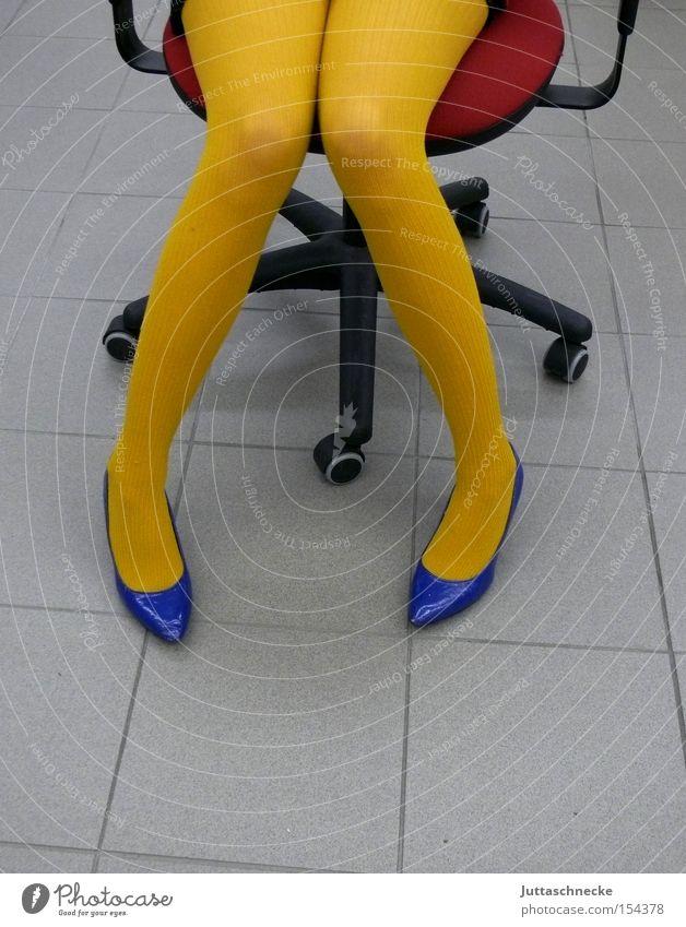 Gelbe Strümpfe/Blickdicht Frau blau rot gelb Politik & Staat Büro Beine Schuhe Management Bildung Strumpfhose Sessel Damenschuhe Möbel Öffentlicher Dienst