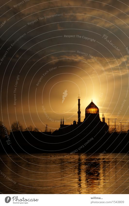 Yenidze in Dresden im Abendlicht Palast Turm Bauwerk Moschee Kuppeldach Sehenswürdigkeit Wahrzeichen Denkmal historisch Elbe Sonnenuntergang Abenddämmerung