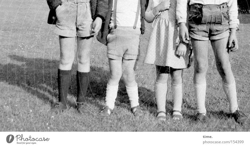 Rasselbande 1965 Sommer Kind Beine Wiese Bekleidung gehen laufen 8 Shorts Kniestrümpfe x-beinig 4 Rasen Krachlederne Reihe Schwarzweißfoto Außenaufnahme