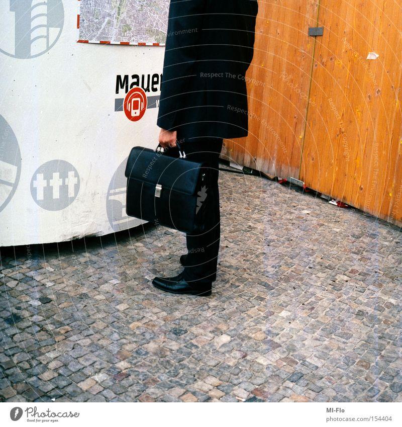 attentäter-1 Berlin Mauer Angst Koffer Panik Waffe Mittelformat Bombe Attentäter