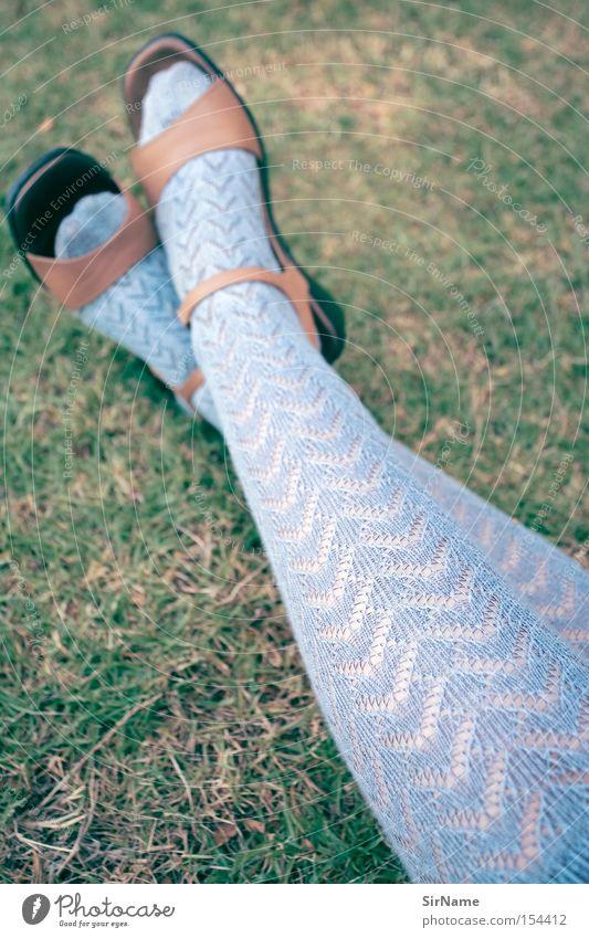 51 [alltäglicher reizfaktor] schön Erholung Sommer Frau Erwachsene Gras Bekleidung Strümpfe Damenschuhe blau Pause Frauenbein Spitze Strickstrumpf