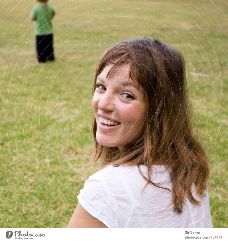 52 [glückliche mutter] Frau Jugendliche Sommer Freude Junge Frau Familie & Verwandtschaft Erwachsene Gras lachen Spielen Glück Eltern Zufriedenheit Kind Mutter Kleinkind