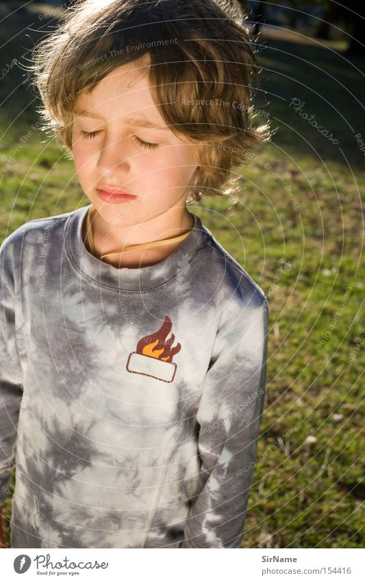 53 [schwellenmoment] Meditation Kind Junge Denken Wachstum Frieden Konzentration Kinderportrait Erkenntnis Einblick goldenes Licht älter werden nachdenklich