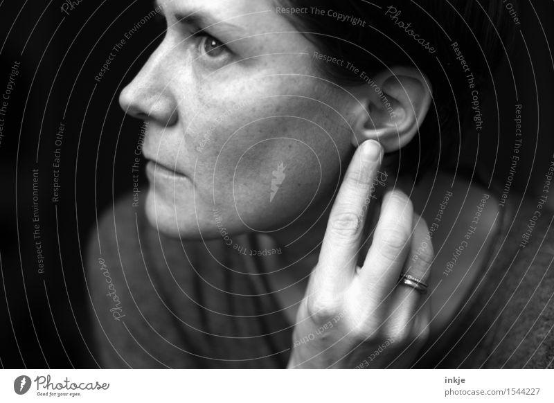 [........] Mensch Frau Hand ruhig Gesicht Erwachsene Leben Stil Lifestyle Denken träumen Finger berühren hören Publikum Sinnesorgane