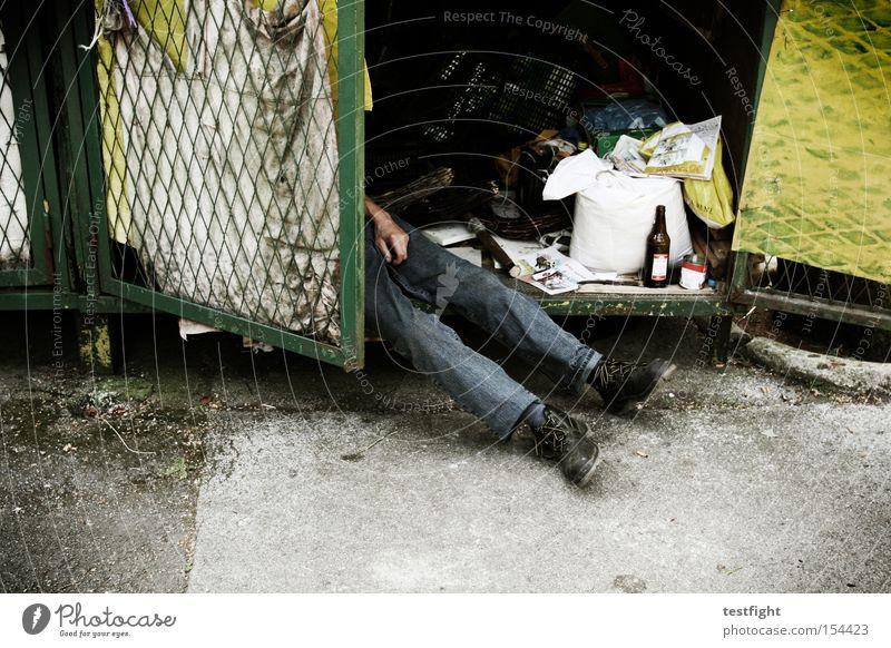 no sleep till brooklyn Beine 1 Mensch schlafen Armut kaputt Müdigkeit Einsamkeit Krise obdachlos elend Müll verloren Obdachlose Opfer Farbfoto Außenaufnahme