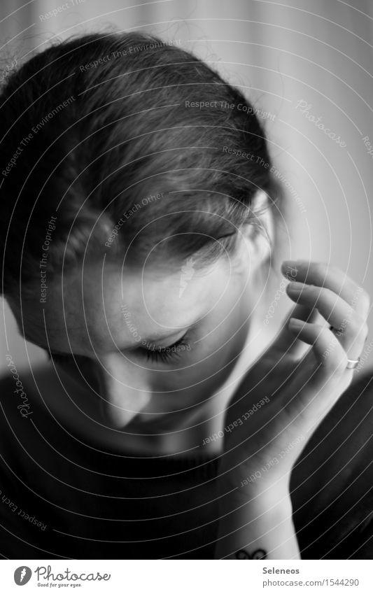 . Mensch Frau Jugendliche Hand 18-30 Jahre Gesicht Erwachsene Traurigkeit feminin Haare & Frisuren träumen Finger Nase Ohr Ring