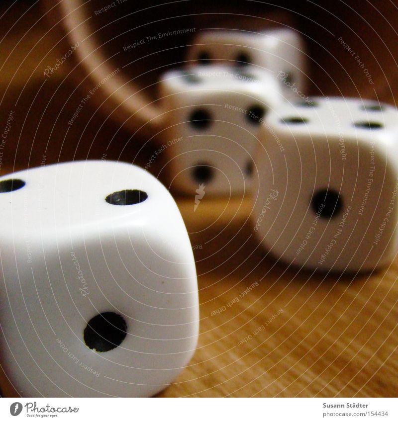 Die Würfel sind gefallen Becher Spielen Glücksspiel Leder Holz verlieren Quadrat Bodenbelag 1 2 4 5 6 Entscheidung Poker Zufall