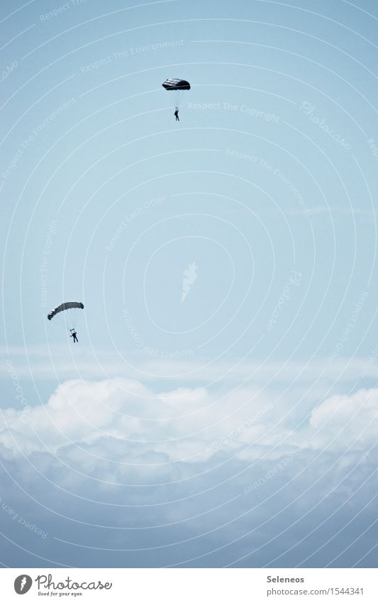 Fallende Schirme Ausflug Abenteuer Ferne 2 Mensch nur Himmel Wolken Luftverkehr fliegen frei fallen Fallschirm Fallschirmspringen Fallschirmspringer Farbfoto