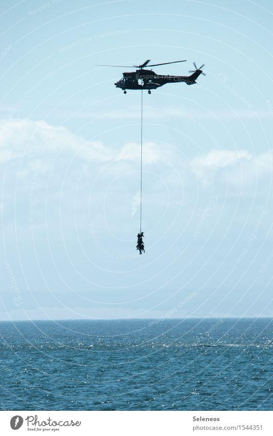 zusammen abhängen Mensch Himmel Wolken Horizont Meer Luftverkehr Hubschrauber maritim Rettung Farbfoto Außenaufnahme Textfreiraum unten