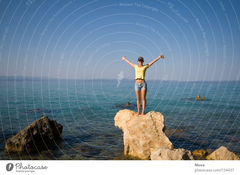 Yeaaahhh! Frau Hotpants Shorts bauchfrei Meer Felsen Sommer Ferien & Urlaub & Reisen Strand Freiheit Freude Ferne Beine keine Hosenträger