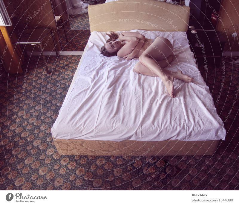 ausstellung Jugendliche nackt schön Junge Frau Erotik ruhig 18-30 Jahre Erwachsene feminin Glück Beine träumen liegen ästhetisch Romantik Bett