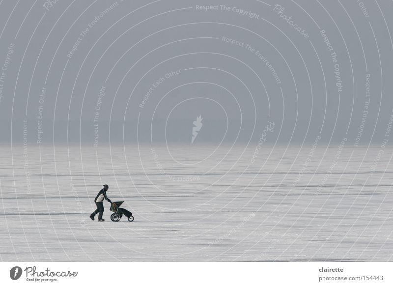 Eisläufer Farbfoto Gedeckte Farben Außenaufnahme Textfreiraum oben Winter Schnee Wintersport Mann Erwachsene Frost Teich See Kinderwagen gehen laufen kalt