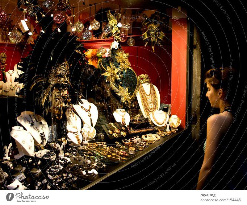 diamonds are forever Diamant Nacht Licht Schaufenster Frau träumen Edelstein Schmuck Kostbarkeit Wert rot gelb Ring Kette Kunst Kunsthandwerk Freude schön