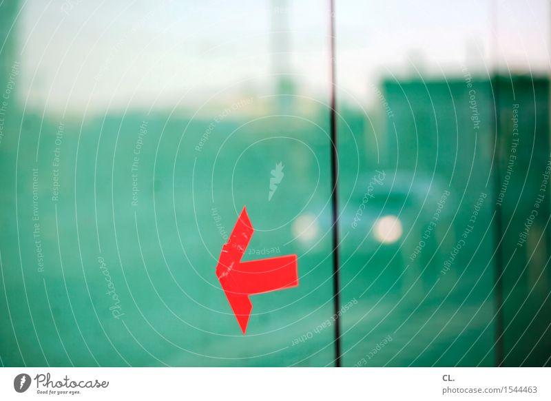 roter pfeil Fenster Verkehr Straßenverkehr Autofahren PKW Fensterscheibe Jalousie Zeichen Pfeil grün Bewegung Wege & Pfade richtungweisend Richtung Farbfoto